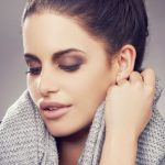 Braune Töne melden sich sowohl beim Augen-Make-up, als auch beim Lippenstift zurück.