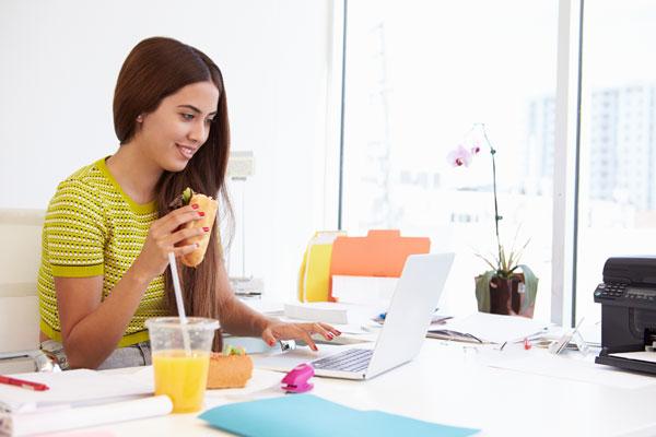 Ernährungssünde am Schreibtisch essen