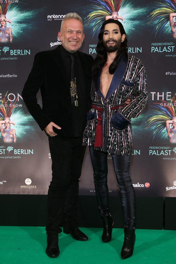 Jean Paul Gaultier und Conchita Wurst  auf dem gruenen Teppich bei THE ONE Grand Show  Welturaufführung im Friedrichstadt-Palast in Berlin