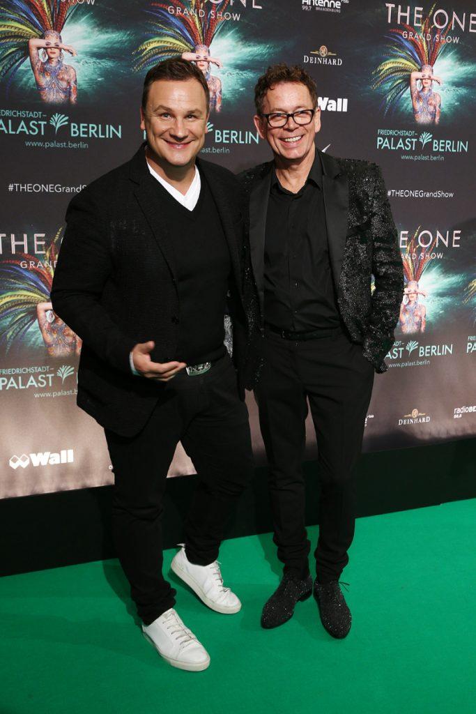 Frank Mutters und Guido Maria Kretschmer auf dem gruenen Teppich bei THE ONE Grand Show  Welturaufführung im Friedrichstadt-Palast in Berlin