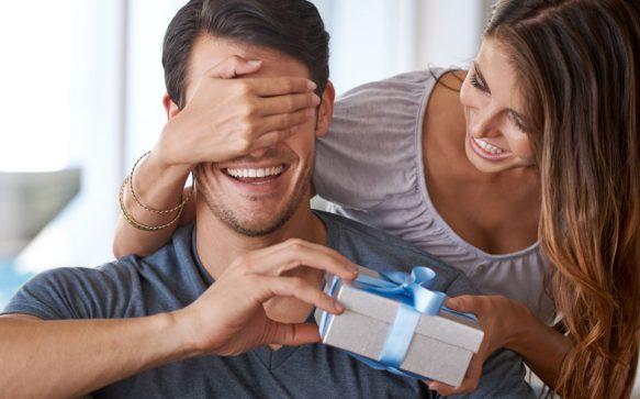 Das richtige Weihnachtsgeschenk: So erkennst du, ob er sich wirklich darüber freut