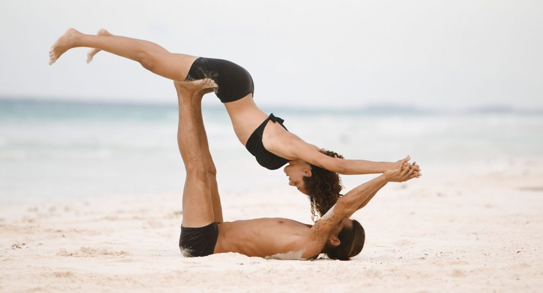 warum du unbedingt mal partner yoga ausprobieren solltest. Black Bedroom Furniture Sets. Home Design Ideas