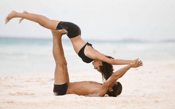 Warum du unbedingt mal Partner-Yoga ausprobieren solltest
