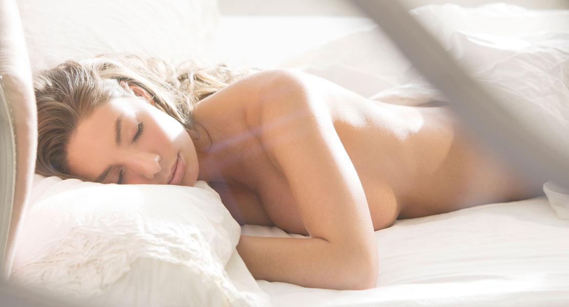 frauen schlafen nackt