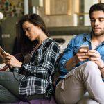 Warum Phubbing deine Beziehung zerstören kann