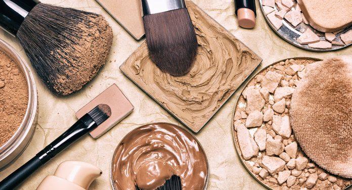 Mit diesen Tricks kannst du ganz einfach Make-up-Flecken entfernen