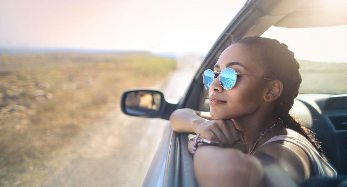 Entspannt ankommen: Diese Übungen helfen auf der Autoreise