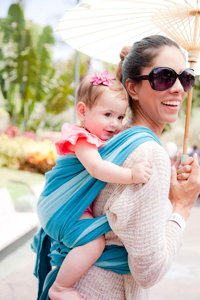 Mama mit Tragetuch und Sonnenbrille