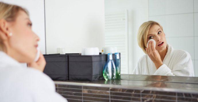Gesichtsreinigung mit Mizellenwasser: Wie gut ist das Wundermittel wirklich?
