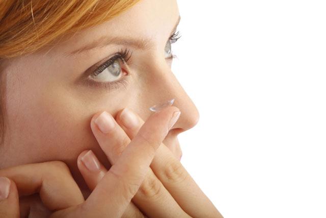 Make-up-Basics mit Kontaktlinse