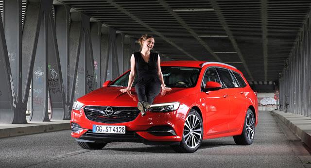 Emily Cox mit Opel