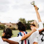 Mit einem Pokal die persönlichen Erfolge im Leben feiern