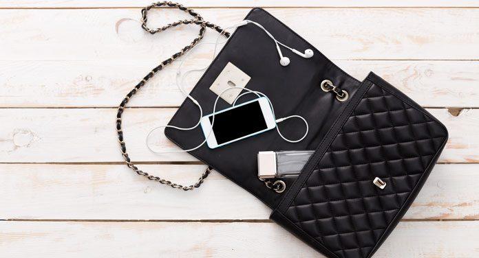Diese 10 Dinge gehören in jede Handtasche