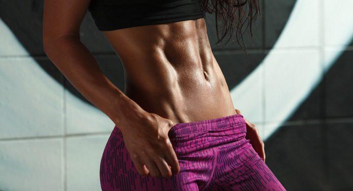 Sexy Bauch mit Bauchmuskelübungen im Stehen