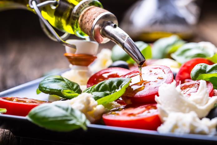 Olivenöl und Tomaten