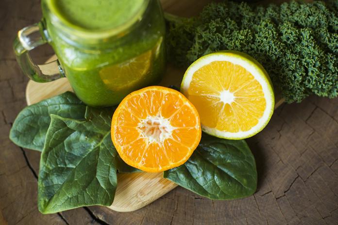 Grüne Lebensmittel und Orangensaft