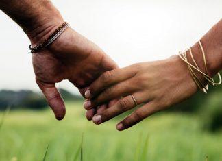 Was Händchenhalten über deine Beziehung aussagt