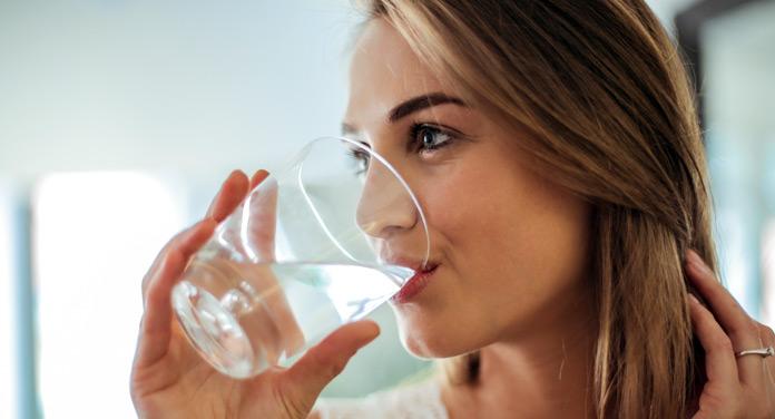 Darum ist das Trinken von Wasser am Morgen immer eine gute Idee