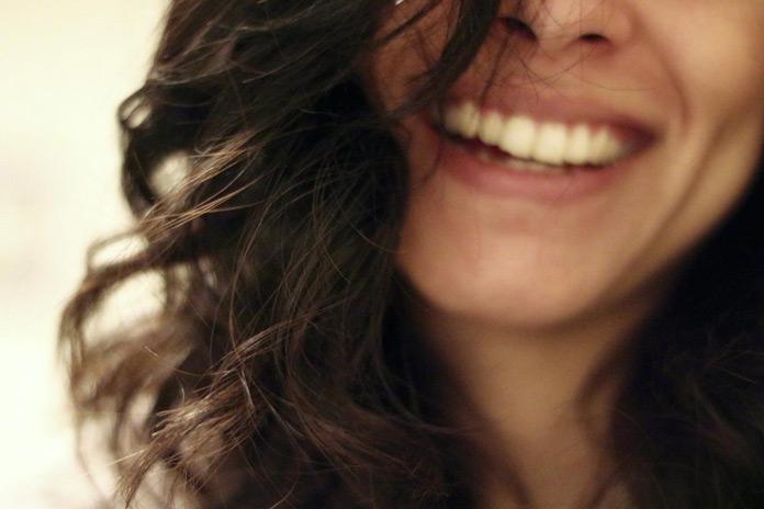 Immer mehr Brünette kehren zu ihrer natürlichen Haarfarbe zurück.