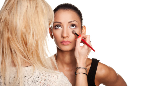 Mit Contouring setzt du dein Gesicht optimal in Szene.