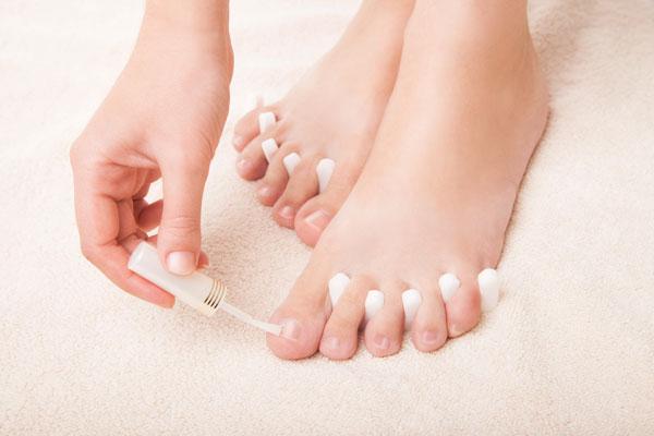 Nagellack auftragen gepflegte Füße