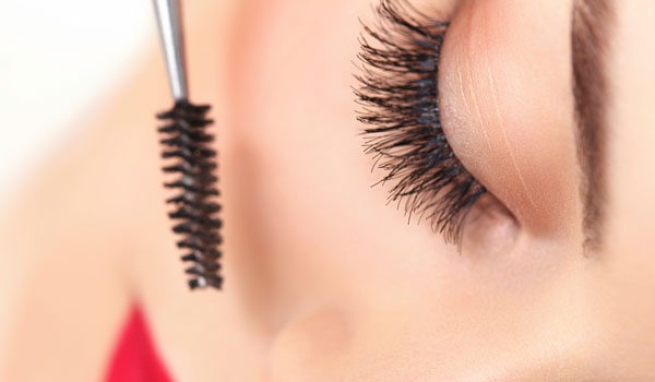 Auch ein natürliches Wimernserum kann mit den klassischen Produkten mithalten.