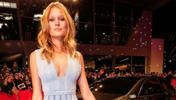 Toni Garn zeigt auf der Berlinale viel Dekolleté