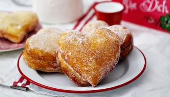 Berliner in Herzform und Cheesecake-Schokokuchen - so werden die Hochzeitsgäste verwöhnt